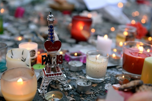 Des-bougies-et-une-Tour-Eiffel-miniature-deposees-pres-du-Bataclan-deux-jours-apres-les-attentats-de-Paris-le-15-novembre-2015_afp-article